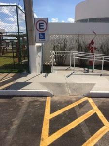 Estacionamento prioritário recebe placa de sinalização
